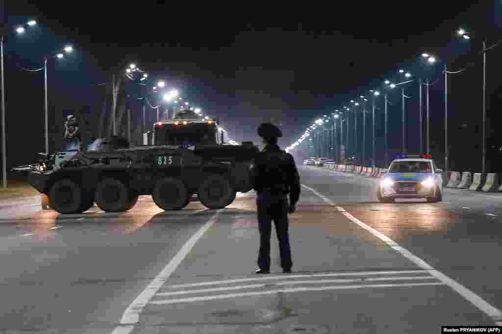 Полицейский на улице, движение по которой перекрыто. По состоянию на 19 марта в мире коронавирусной инфекцией заразились более 225 тысяч человек, около девяти тысяч погибли.