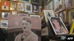 Adolf Gitleriň kitap dükanyndaky portreti. Bagdat, 17-nji fewral, 2015.