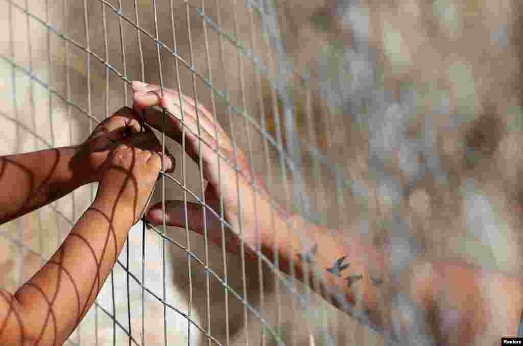 """ГРЦИЈА - Грчките разузнавачки служби открија членови на невладини организации вклучени во """"трговија со луѓе"""" - шверц на илегални имигранти од Турција во Грција, објави весникот Катимерини."""