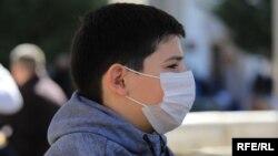 Хлопець у захисній масці проти коронавірусу (ілюстративне фото)