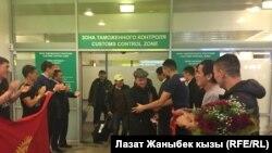 Москвадагы кыргызстандыктар спортчуларды тосуп алууда.