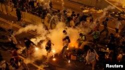 Հոնկոնգում ոստիկանությունը արցունքաբեր գազ է կիրառում՝ ցրելու հանուն ժողովրդավարության փողոց դուրս եկած ցուցարարներին, սեպտեմբեր, 2014թ․