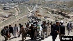 مراسم خاکسپاری جنازههای قربانیان مکتب سیدالشهدا در غرب کابل