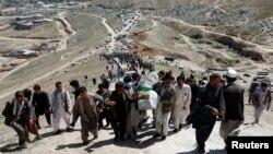 مراسم خاکسپاری یکی دانشآموزان مکتب سیدالشهدا در غرب کابل.
