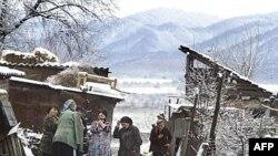 Žena iz Severne Osetije na prelasku u južnoosetijsko selo Kombileyevskoye.