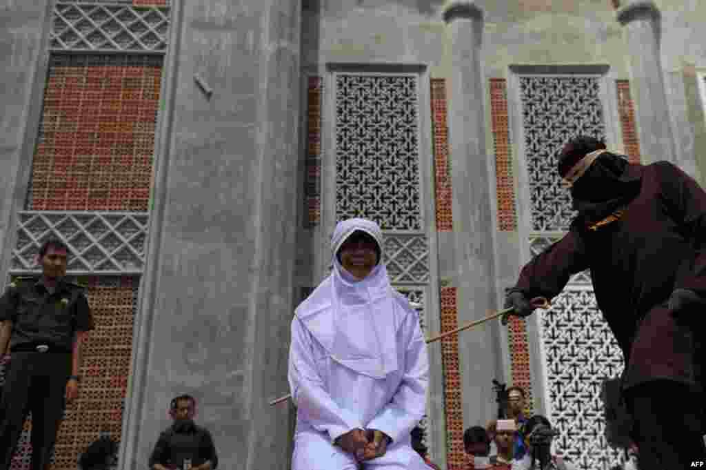 این زن به علت داشتن روابط خارج از ازدواج با یک مرد مجازات میشود.