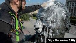 Рабочий в Петербурге моет статую Ленина