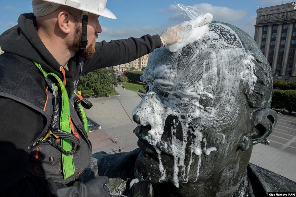 Рабочий моет статую Владимира Ленина на Московской площади в Санкт-Петербурге, 2017 год