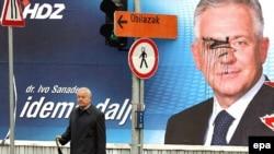 """Премьер Санадер может сохранить свое кресло (на предвыборном постере рядом со знаком """"Объезд"""")"""