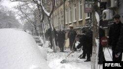 Bələdiyyə işçiləri səkiləri qardan təmizləyirlər, 28 dekabr 2006