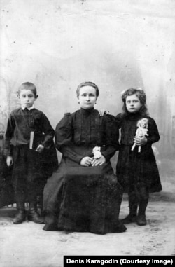 Анна Дмитриевна Карагодина с детьми