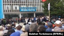 Равшан Жээнбеков на митинге сторонников бывшего президент Алмазбека Атамбаева. 3 июля 2019 года.