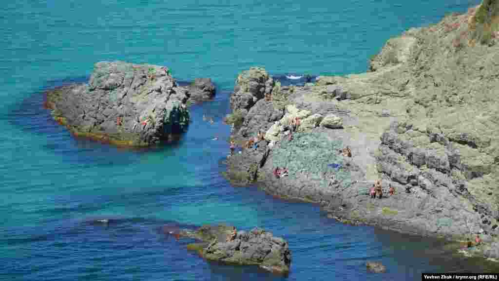 Відпочивальники на скелях біля мису Виноградний