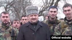 Ахмат Кадыров с бойцами, перешедшими на стороне России в войне с Ичкерией. Архивное фото