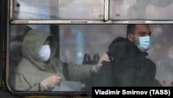 Maszkot viselnek az utasok az ivanovói buszon 2020. november 6-án.