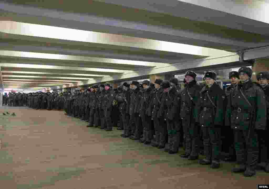 Милиция. Выход из метро Китай-город в сторону Славянской площади. 17 февраля 2008, 14.45