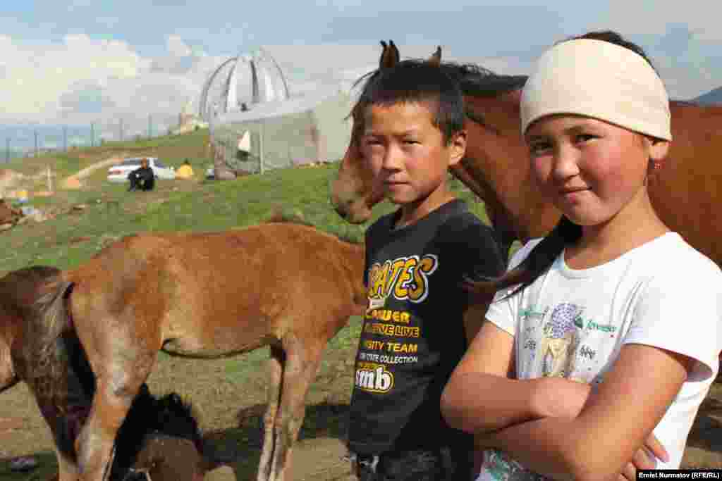Children living in the Chyiyrchyk Pass at an altitude of 2,400 meters. Their village comprises about 200 yurts and 100 tents.