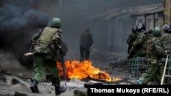 پلیس ضدشورش کنیا در حال مقابله با طرفداران رایلا اودینگا، رهبر مخالفان این کشور