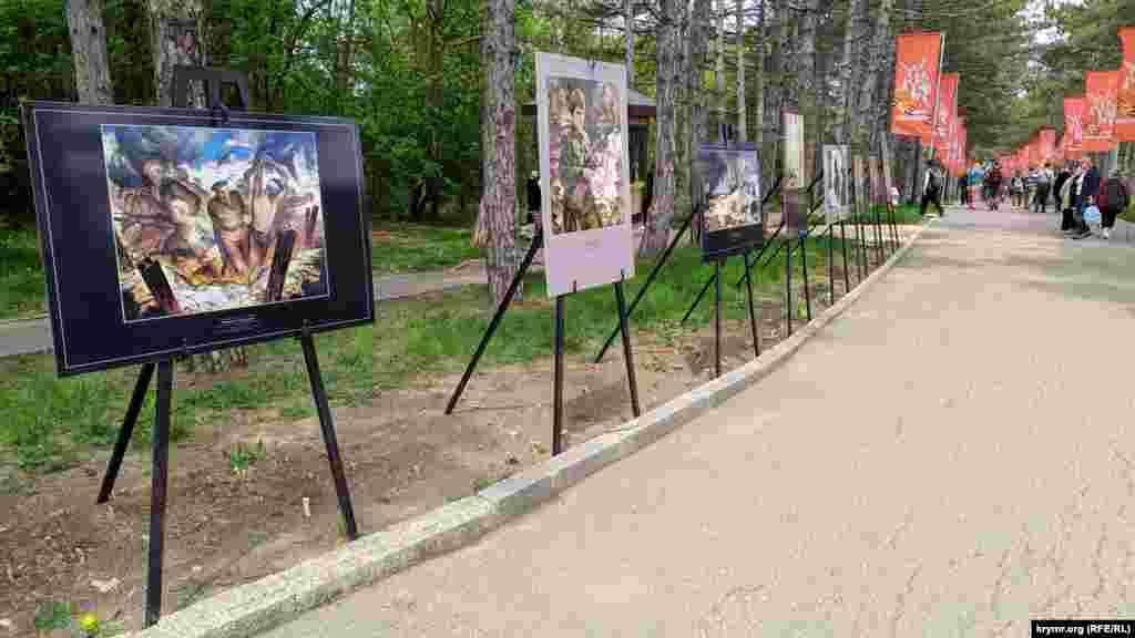 На центральной аллее организаторы разместили репродукции картин на тему обороны Севастополя