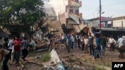 Люди на месте взрывов в индийском городе Петлавад. 12 сентября 2015 года.