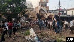 Жарылыс болған жерде тұрған адамдар. Петлавад, Үндістан, 12 қыркүйек 2015 жыл.