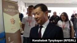 Болат Өтемұратовтың Алматыдағы жоғары оқу орындарының біріне барған сәті. 2016 жыл.