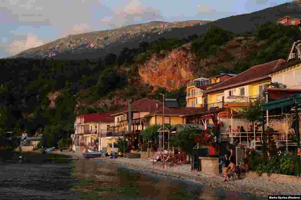 """Restorante dhe bujtina, të ndërtuara në brigjet e liqenit, në fshatin maqedonas të Tërpejcës. Në të njëjtën mbledhje të 2019-s, UNESCO-ja mori një """"projektvendim"""", duke rekomanduar që liqeni të vendoset në listën e trashëgimisë së rrezikuar botërore."""