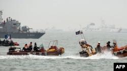 Спасатели на месте крушения парома Sewol. Апрель 2014 года.