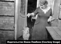 Вера Сергеевна, мама Григорьянца, с псом Шариком (Шурочкой).1968