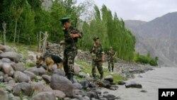 Таджикские пограничники на таджико-афганской границе.