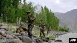 Таджикские пограничники обследуют таджикско-афганскую границу