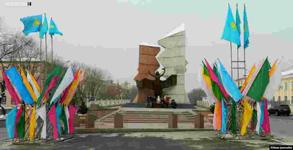 Молитва у памятника погибшим 16 декабря 1986 года. Прислал Манас Жиенкалиев.