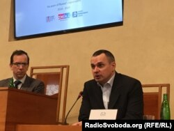 Модератор встречи Давид Стулик слушает выступление Олега Сенцова
