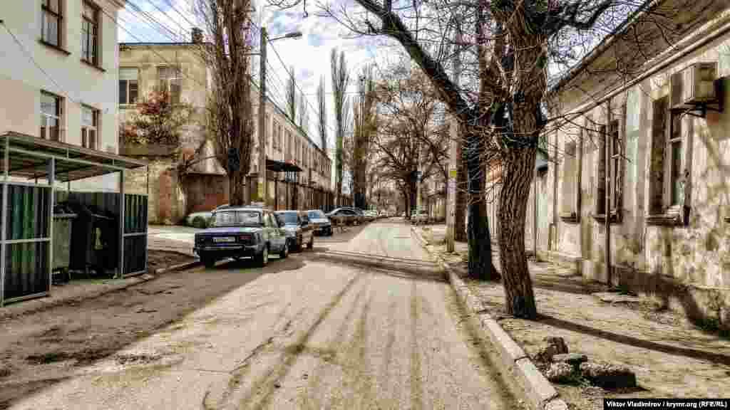 Через эту улицу ранее пролегала дорога к старому мусульманскому кладбищу