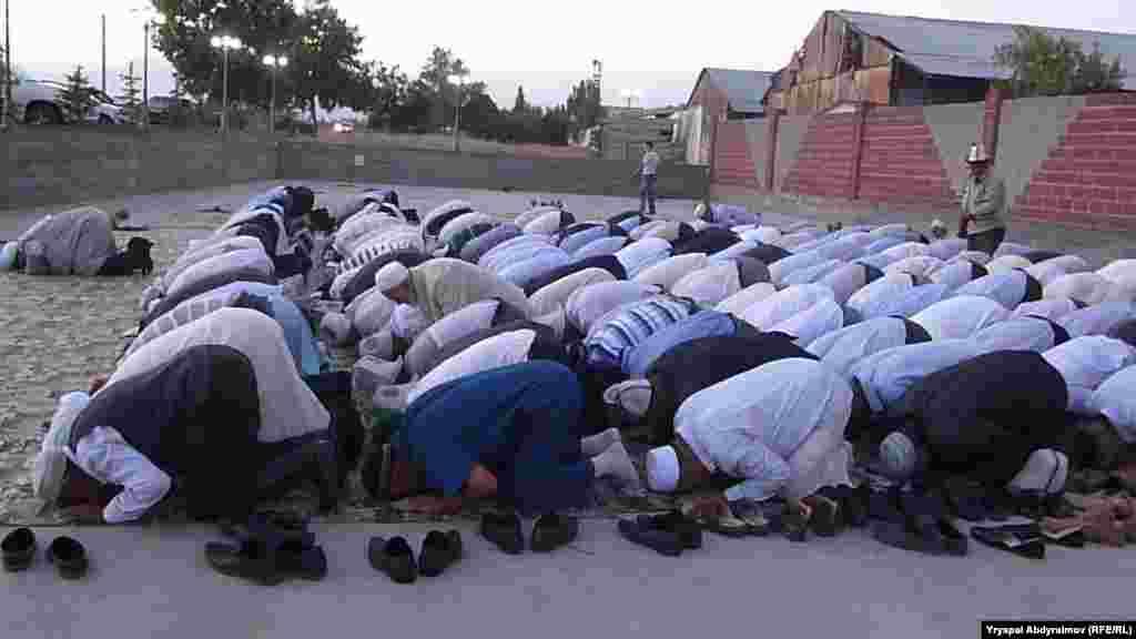 """Верующие молятся в мечети """"Насирдин-Ата"""" в Джалал-Абаде"""