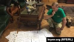 Владелец зоопарка «Сказка» и сафари-парка «Тайган» Олег Зубков с документами судебных заседаний. Белогорск, октябрь 2019 года