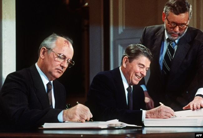 Lideri sovjetik Mikhail Gorbatchev dhe presidenti amerikan Ronald Regan duke nënshkruar Traktatin për Armët bërthamore. Uashington, 8 dhjetor, 1987.
