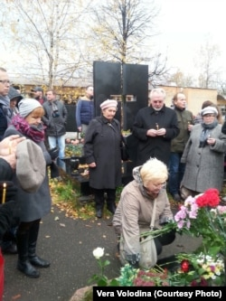 На могиле Дмитрия Холодова в день двадцатой годовщины его гибели