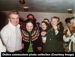 Чаушеску во время новогодней вечеринки в 1976 году.