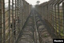 Indijski vojnici patroliraju uz granicu sa Pakistanom, fotoarhiv