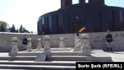 Flacăra din fața Mausoleului Eroilor, Parcul Carol, din București.