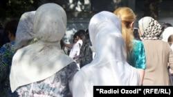 Хиджаб киген тәжікстандық әйелдер. (Көрнекі сурет)