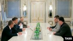 Президент Украины Виктор Янукович (второй слева) встречается с лидерами оппозиции Виталием Кличко, Олегом Тягнибоком и Арсением Яценюком. Киев, 22 января 2014 года.