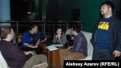 Члены Ассоциации кинокритиков Казахстана во время обсуждения номинантов на премию «Выбор года». Алматы, 11 марта 2016 года.
