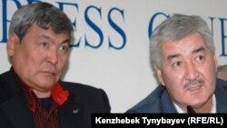 Тұңғыш қазақ ғарышкері, қоғам қайраткері Тоқтар Әубәкіров (сол жақта) және «Азат» жалпыұлттық социал-демократиялық партиясының бас хатшысы Әміржан Қосанов. Алматы, 27 желтоқсан 2010 жыл.
