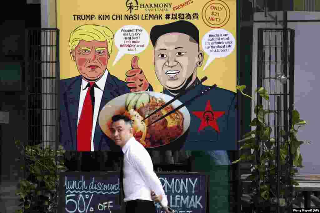 """Местные заведения уже придумали, как можно продвигать свой товар на фоне переговоров. Небольшой ресторан в местном торговом центре рекламирует традиционное островное рисовое блюдо наси лемак в новой интерпретации """"Трамп-Ким Чи наси лемак"""" с американской говядиной и корейским острым блюдом кимчи"""
