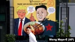 Плакат із зображеннями Дональда Трампа та Кім Чен Ина в Сингапурі
