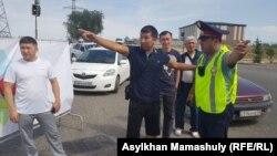 Жол полициясына шағымданып тұрған жүргізушілер. Алматы, 18 тамыз 2018 жыл