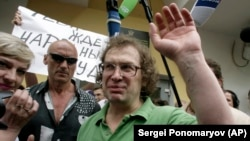 Sergei Mavrodi smiles after being released from prison in Moscow in May 2007.