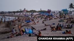 Люди на пляже во Флориде, США.